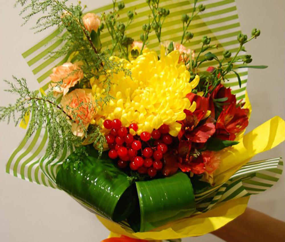 Букет комплимент из орхидеи,альстромерии и кустовой гвоздики