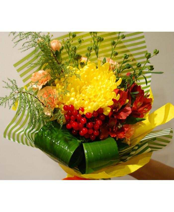 Букет комплимент из хризантемы , ягод и альстромерии