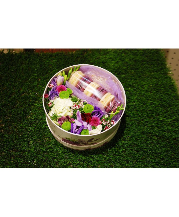 Коробочка с макарунами и цветами №15