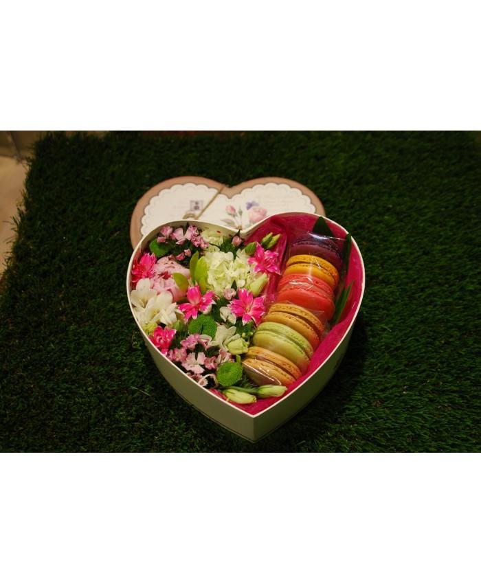 Коробочка с макарунами и цветами №16