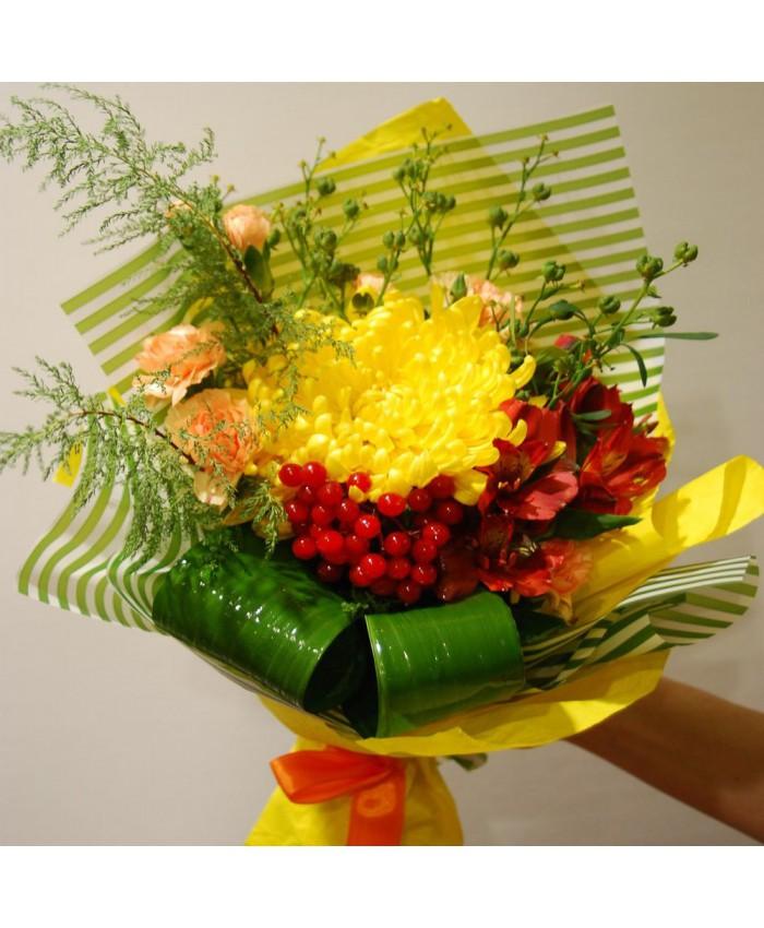 Букет  из хризантемы , ягод и альстромерии