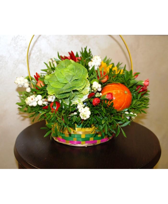 Корзинка из цветов, ягод и овощей