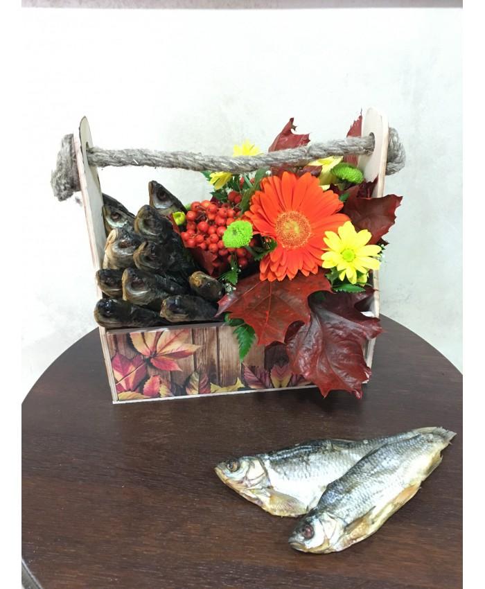 Ящик с рыбой и цветами