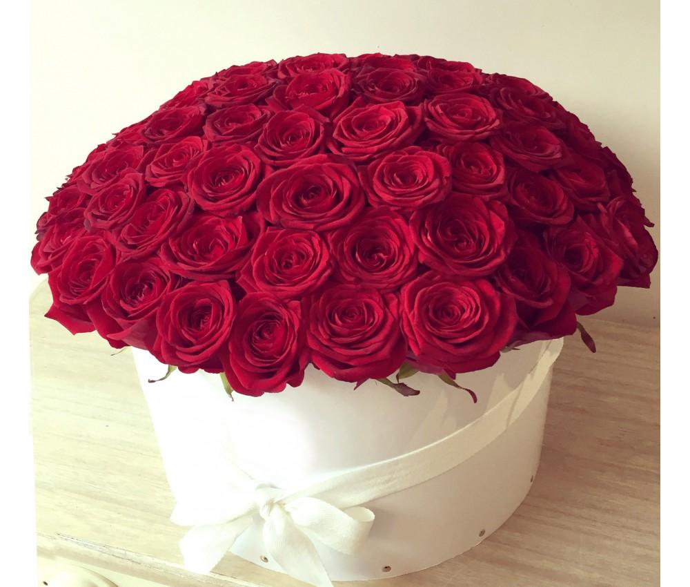 Белая коробка роз с красными розами