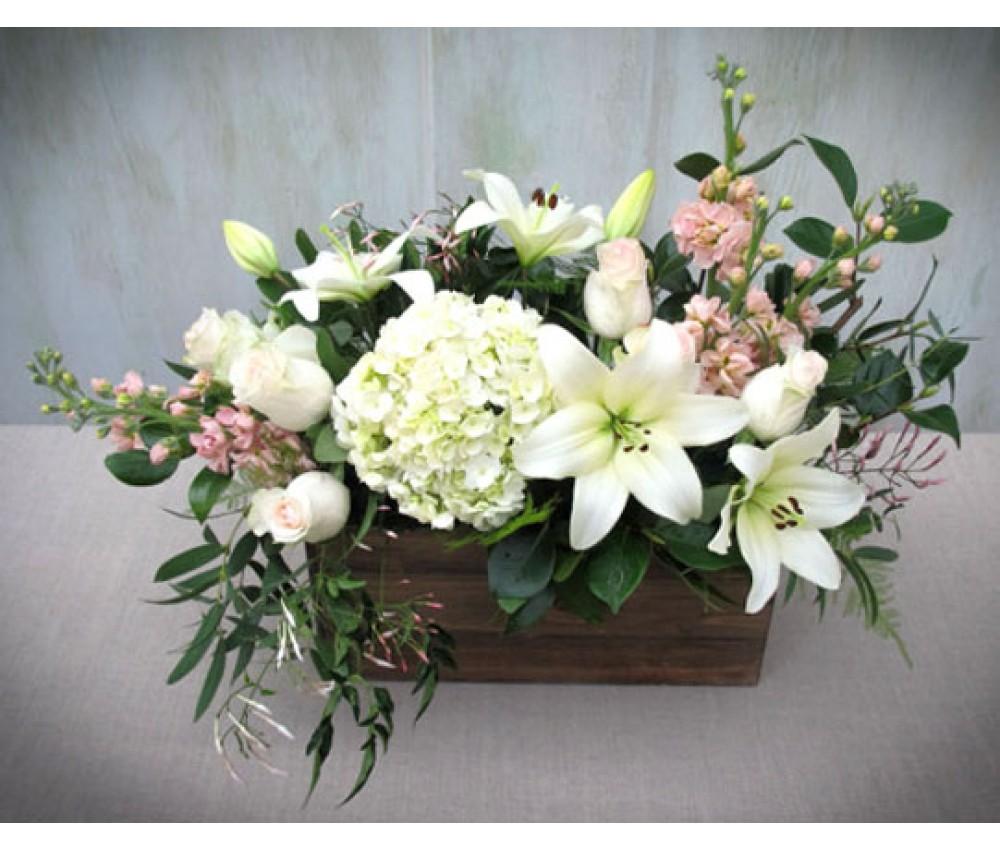 Ящик с лилиями и розами
