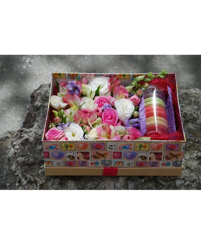 Коробочка с макарунами и цветами  № 14