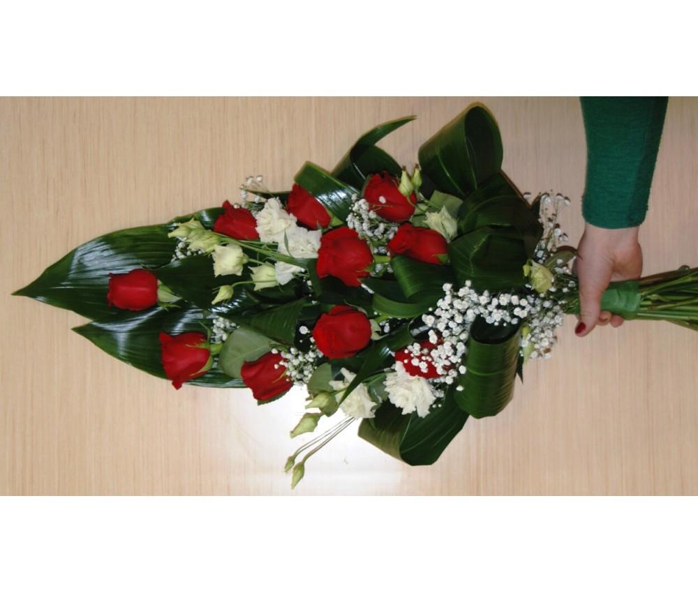 Траурный букет из красных роз с добавлением эустомы и зелени _2