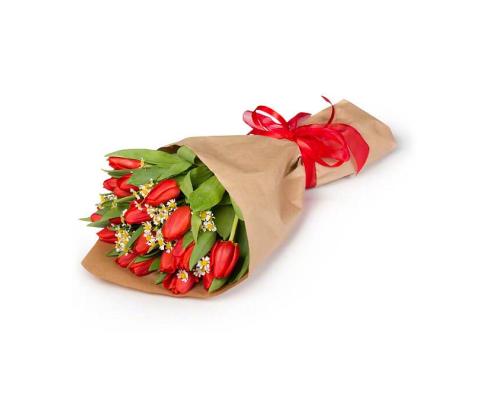 Букет из 25 тюльпанов с добавлением ромашек в крафте