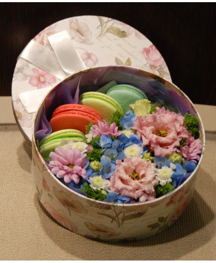 Коробочка с макарунами и цветами № 1