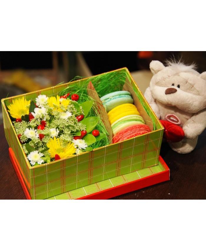 № 2 Коробочка с макарунами и цветами