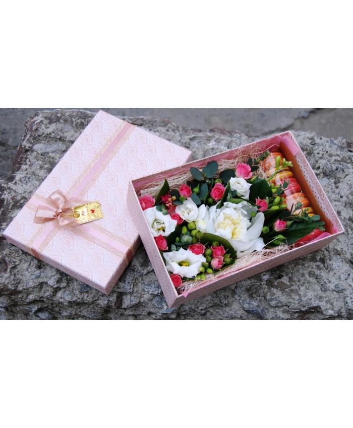 Коробочка с макарунами и цветами № 6