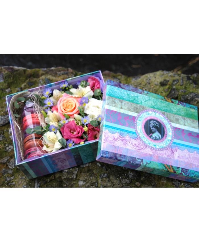 Коробочка № 8 с макарунами и цветами