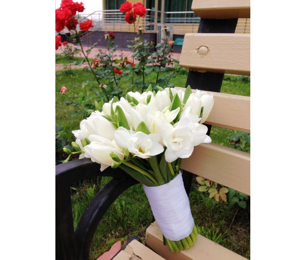 Букет невесты из белых тюльпанов и фрезий