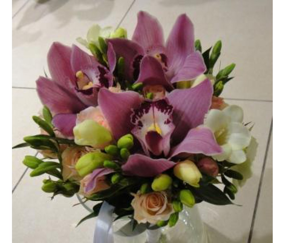 Букет невесты из орхидеи и фрезии