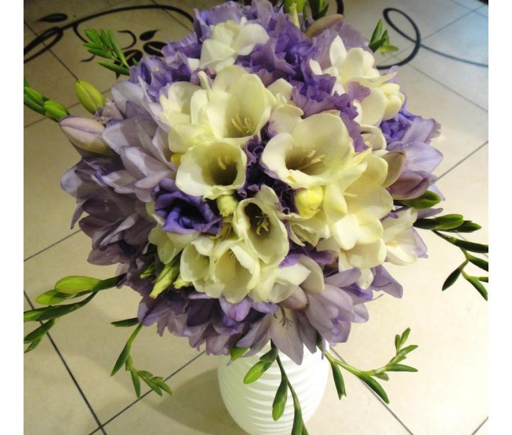 Букет невесты из фрезии и эустомы