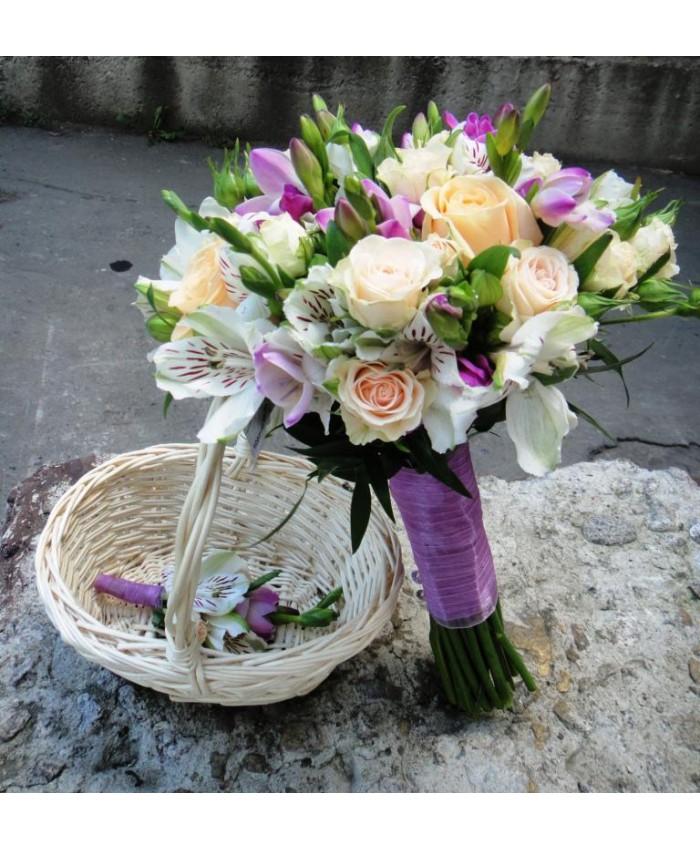 Букет невесты из кустовой розы  фрезии и  альстромерии