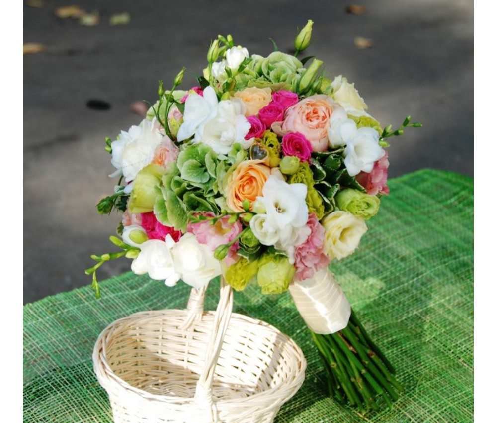 Букет невесты из пионовидной розы,гортензии и фрезии