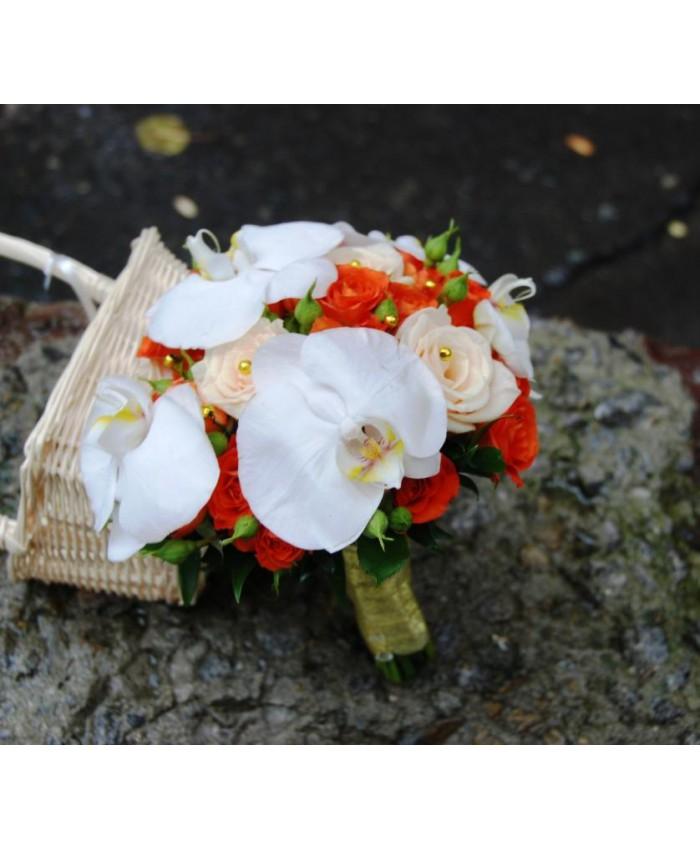 Букет невесты с орхидеей и оранжевой кустовой розой