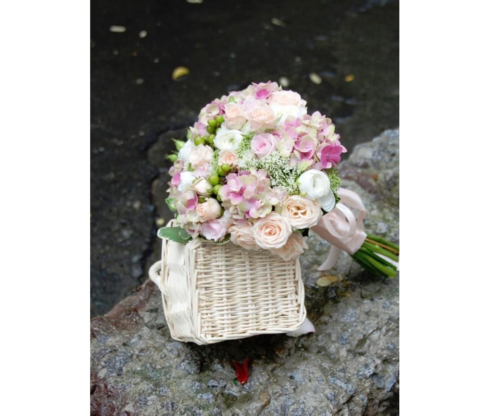 Букет невесты из гортензии ранункулусов розы