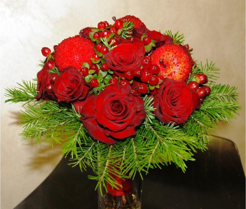 Зимний букет невесты с розой  пихтой и яблоками