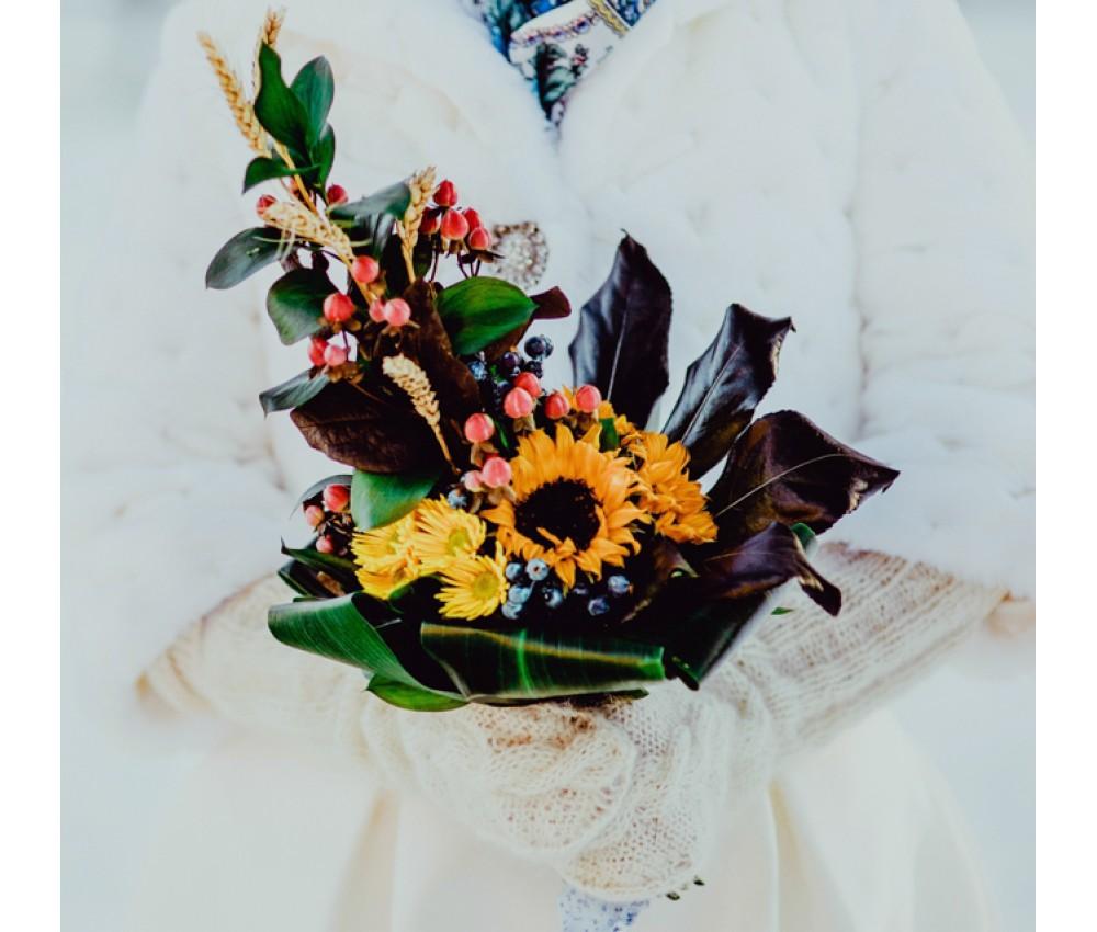 Свадебный букет невесты с подсолнухами и ягодками Hypericum