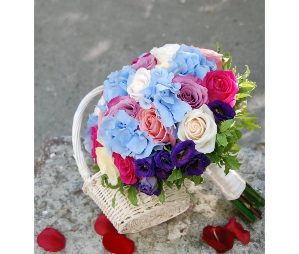 Букет невесты из разных  сортов роз и голубой гортензии