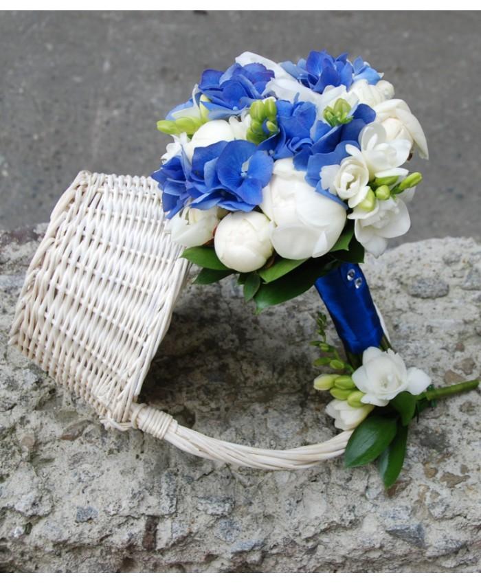 Букет невесты с белыми пионами, фрезией