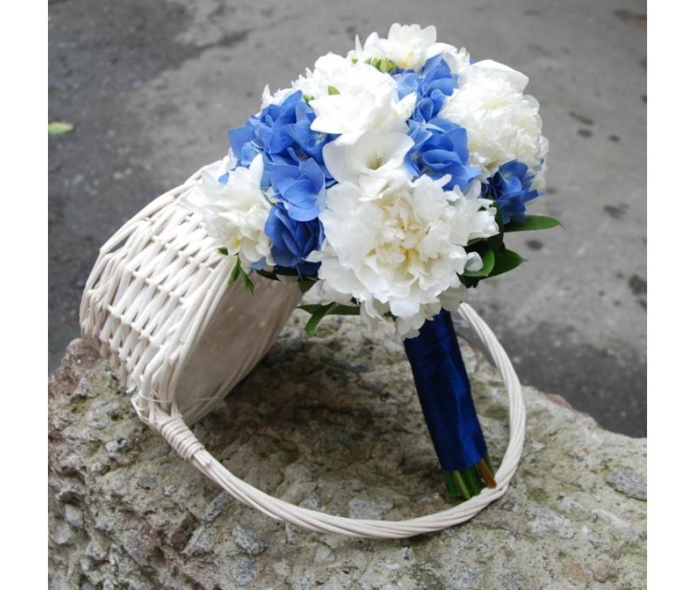 Букет невесты с белыми пионами синей гортензией