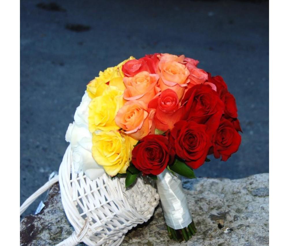 Букет невесты с яркими оттенками роз