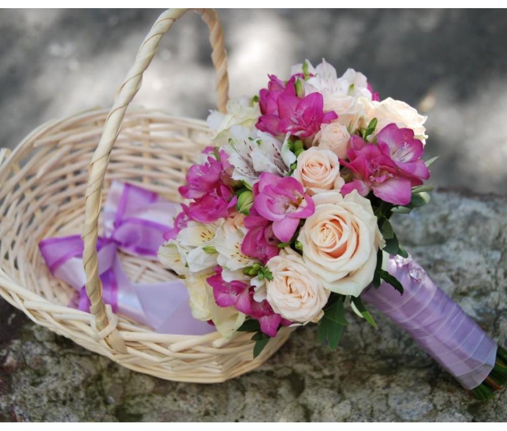Букет невесты с кустовой розой, фрезией,розой талея и альстромер