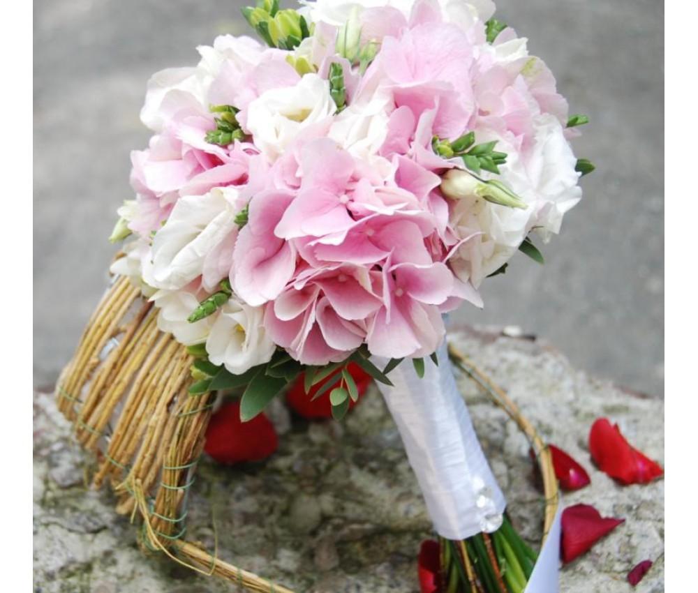 Букет невесты из розовой гортензии, белоснежной эустомы и фрезии