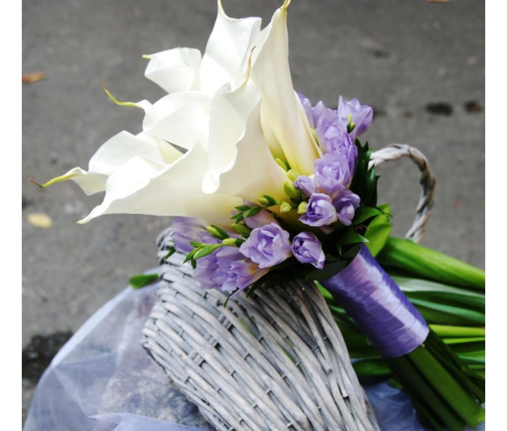Букет невесты с каллами и сиреневой фрезии в Екатеринбурге