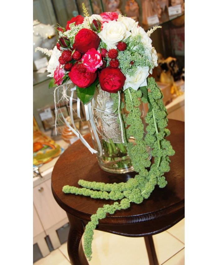 Букет невесты из пионовидной розой, ягод ежевики и зелени
