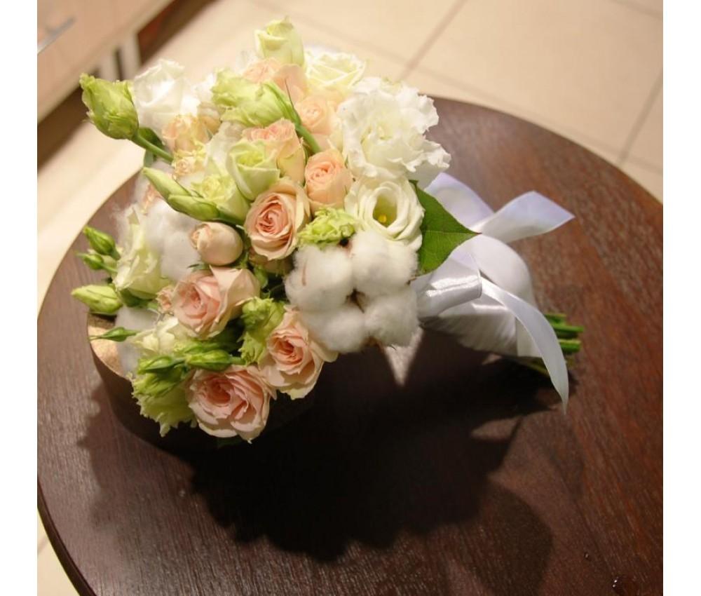 Букет невесты с хлопком, кустовой розой и эустомой в Екатеринбурге