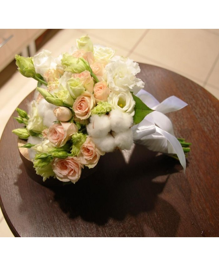 Букет невесты с хлопком, кустовой розой и эустомой