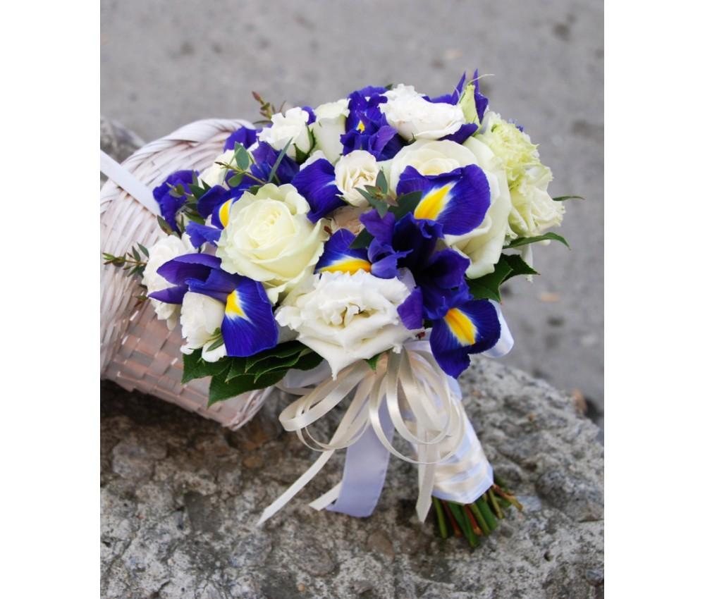 Букет невесты с ирисами, кустовой розой и эустомой