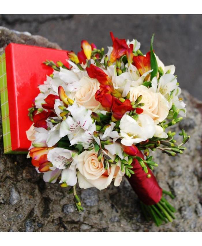 Букет невесты  из фрезии и розы талеи