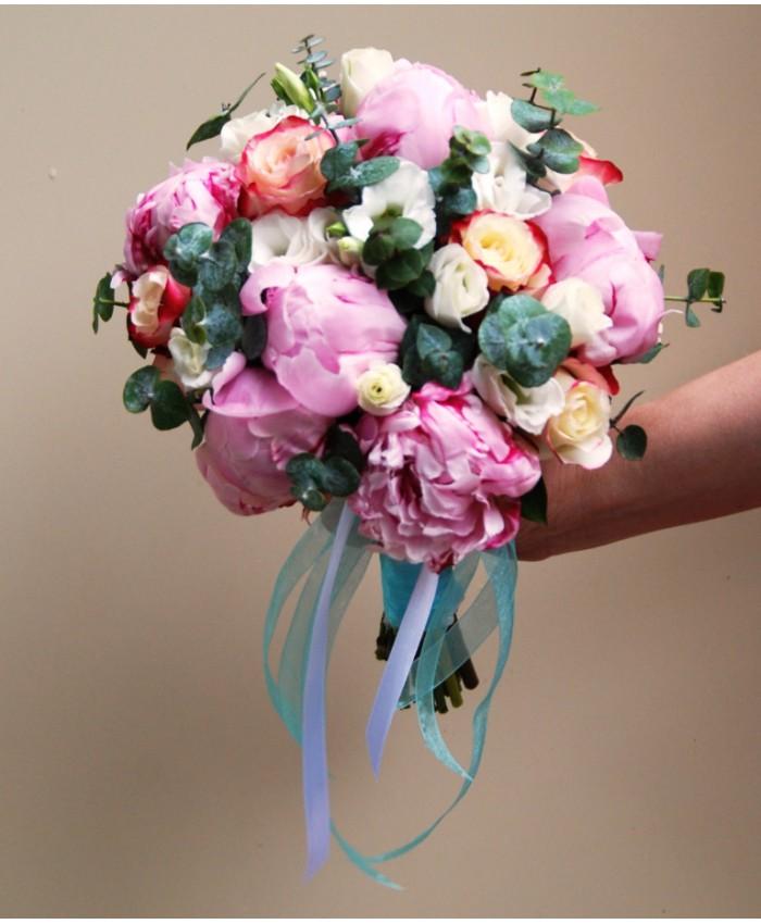 Свадебный букет невесты из пионов Сара Бернар и эустомы