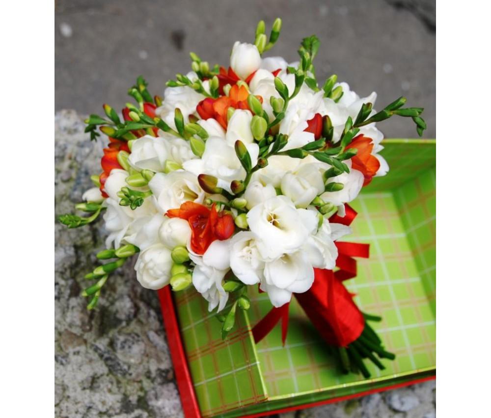 Букет невесты из белой и красной фрезии