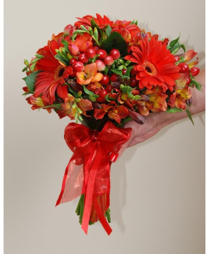 Букет невесты из красной герберы, альстромерии и гиперикума