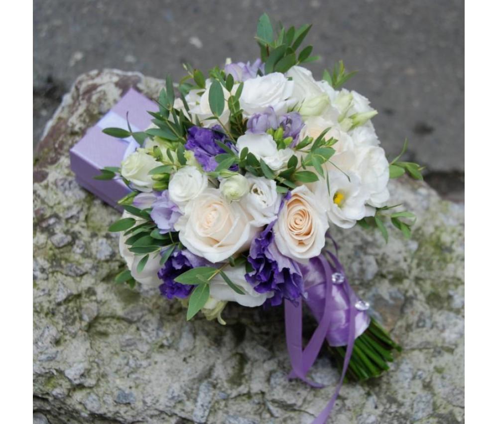 Букет невесты из розы с сиреневой эустомой и фрезией