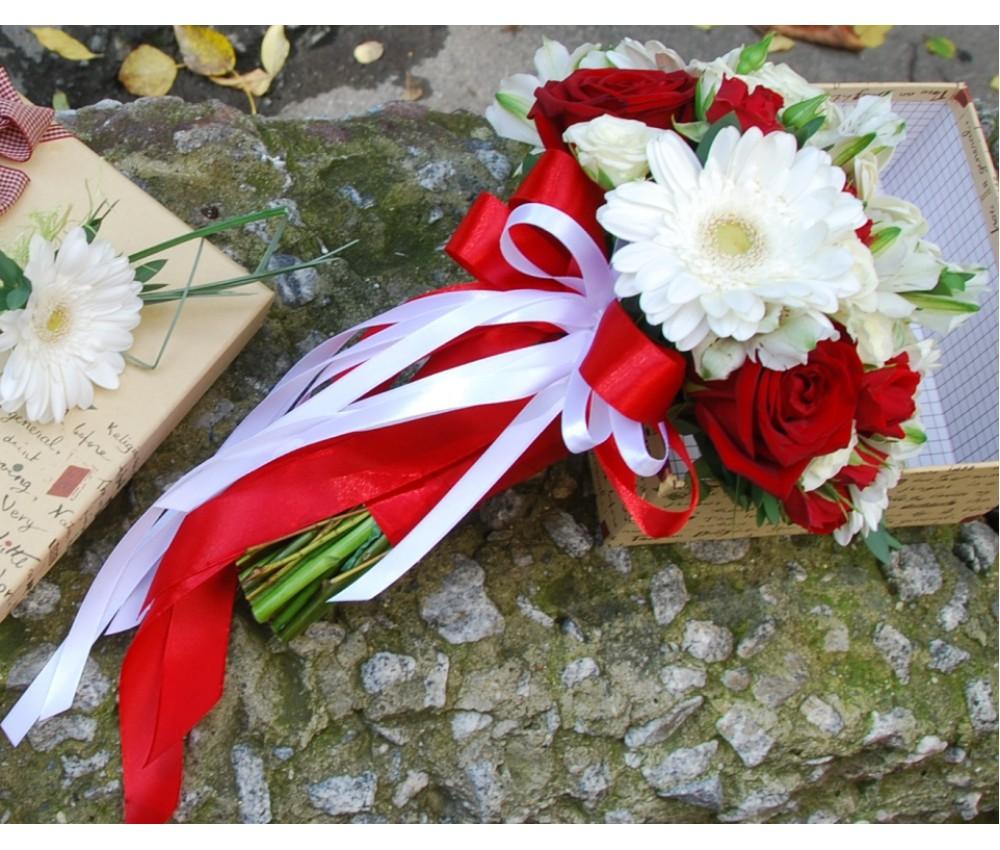 Букет невесты в красно-белой гамме из гербер и роз