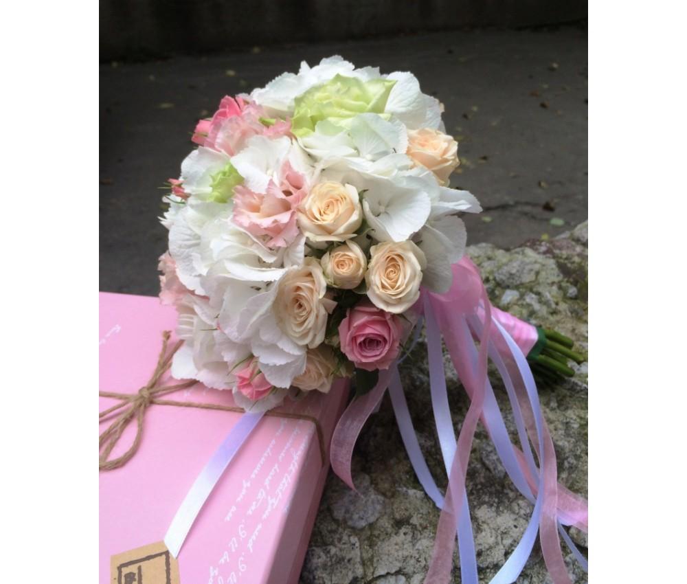 Букет невесты из белой гортензии и нежно розовой эустомы