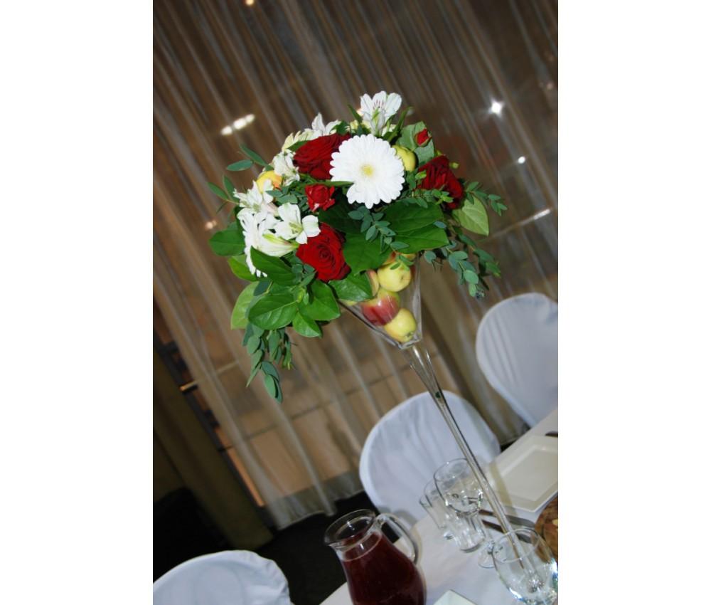 Оформление свадьбы в красно-белом цвете с яблочками