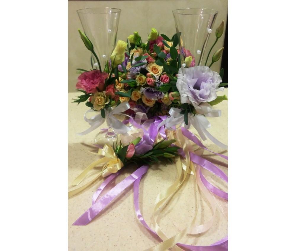 Свадебные бокалы в оформлении цветами