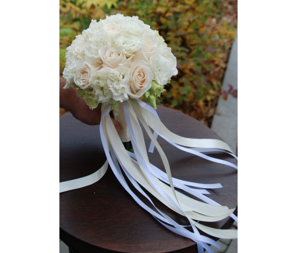 Букет невесты из эустомы и розы в Екатеринбурге
