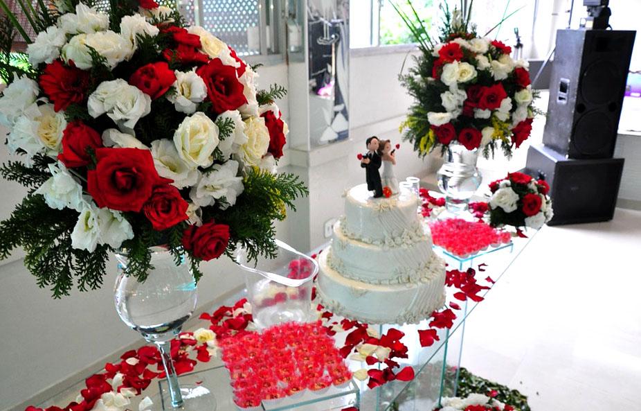букеты из белых и красных роз на столе молодоженов