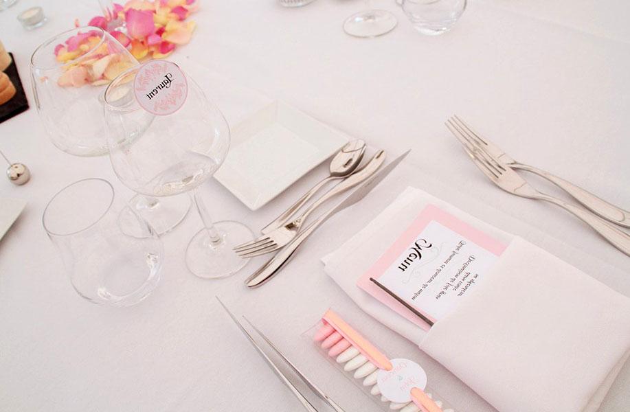 лепестки роз на столе