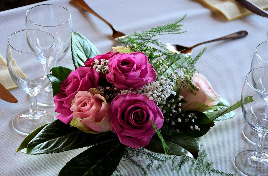 цветочные украшения для столов и стульев